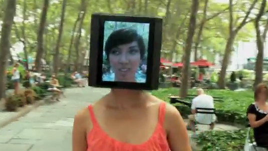 La chica con cabeza de iPad