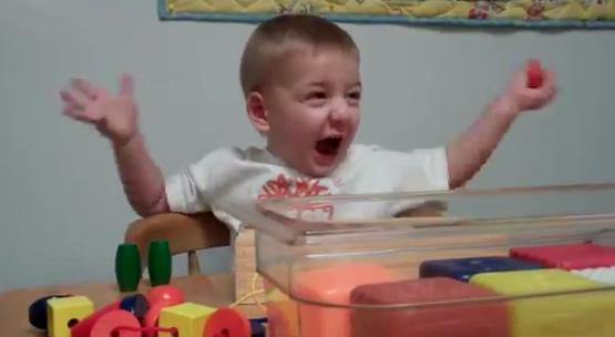 Reacción de un niño sordo al escuchar la voz de su madre por primera vez