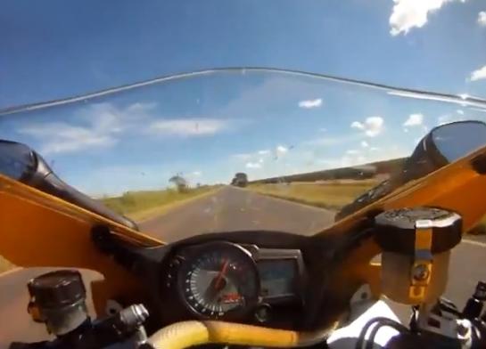 Iba con su moto a 250 km/h y le aparece una serpiente en el manillar