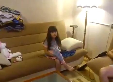 Un padre le hace a su hija la broma de la barriga