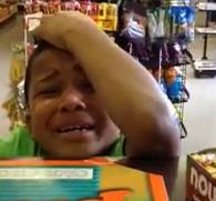 Reacción de un niño al ser pillado robando en una tienda