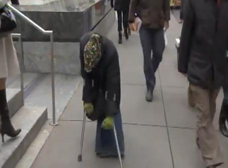 Una mujer pide limosna en la calle haciéndose pasar por una pobre inválida