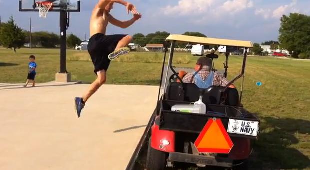 Sorpresa al saltar un carrito de golf