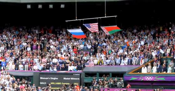 La bandera americana se cae durante la entrega de medallas a Serena Williams
