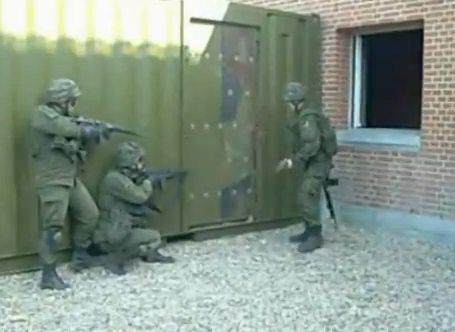 Batallón de Infantería Mecanizada Lituana abriendo una puerta