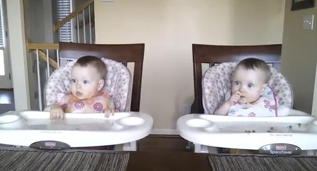 Bebés gemelos de 11 meses bailan a la vez cuando papá toca la guitarra