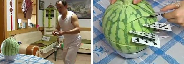 Un hombre chino corta frutas y vegetales lanzando cartas de la baraja