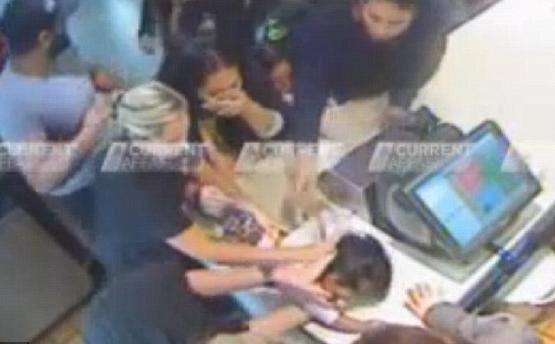 Personal de un McDonald's salva a una niña de 14 meses que se estaba ahogando con una patata frita