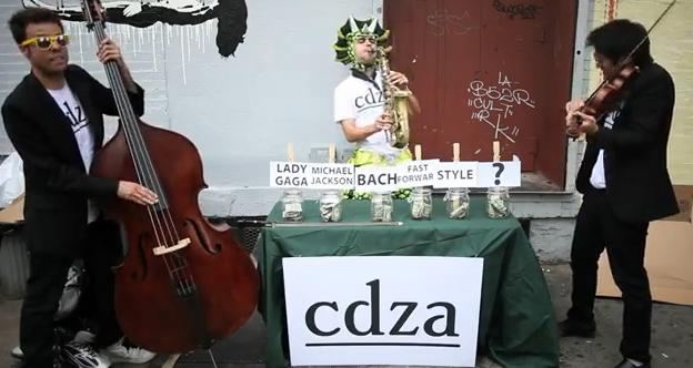 Estos músicos callejeros tienen una original forma de recibir el dinero