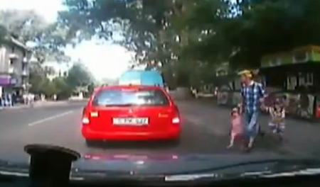 Un padre no mira al cruzar la carretera con sus dos hijos