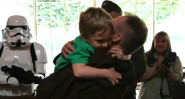 Un padre militar le da una sorpresa a su hijo con los personajes de Star Wars en su vuelta de Afganistán