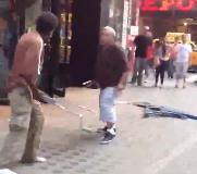 Pelea con muletas en Times Square
