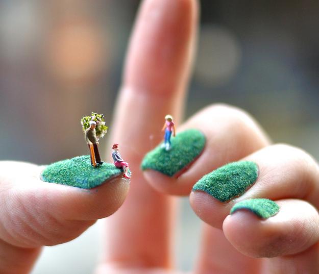 Personas diminutas que viven en uñas