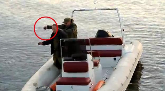 Dos rusos están pescando con granadas de mano y su inconsciencia casi acaba en tragedia