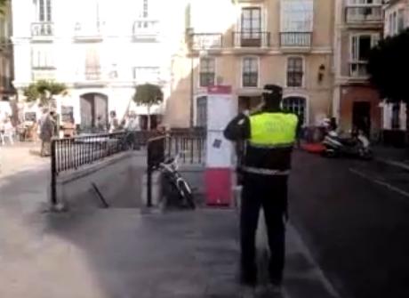 Un policía local multa una bicicleta aparcada en la calle