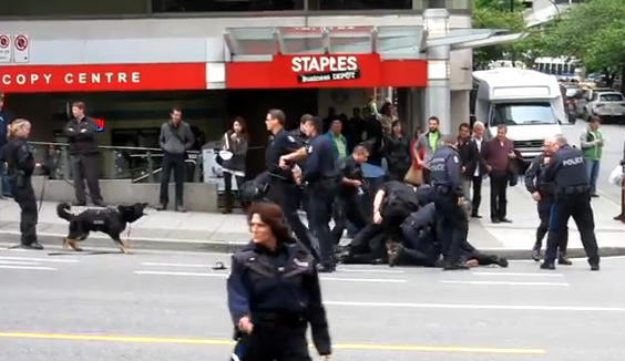 Un policía derriba de esta forma a un hombre que llevaba una espada en Vancouver