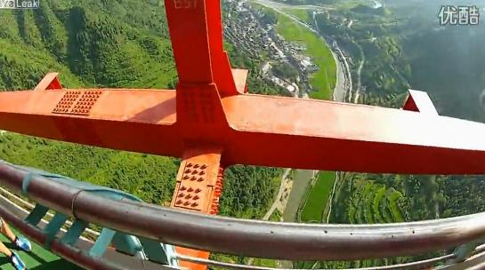 El primer hombre que saltó desde el puente Aizhai, el más largo y alto del mundo