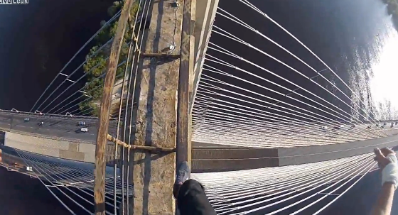 Se suben a lo alto del puente colgante de Kiev sin ningún tipo de protección
