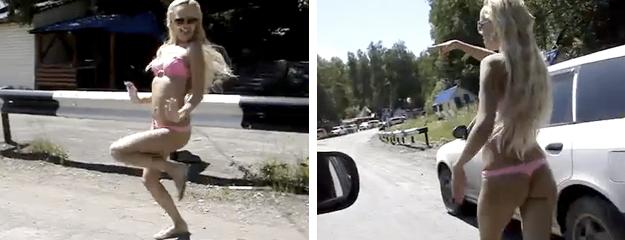Una rubia en bikini se baja del coche para animar un poco el atasco