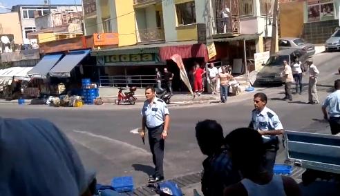 Un hombre intenta golpear a un policía con una silla y este le dispara dos veces con su pistola
