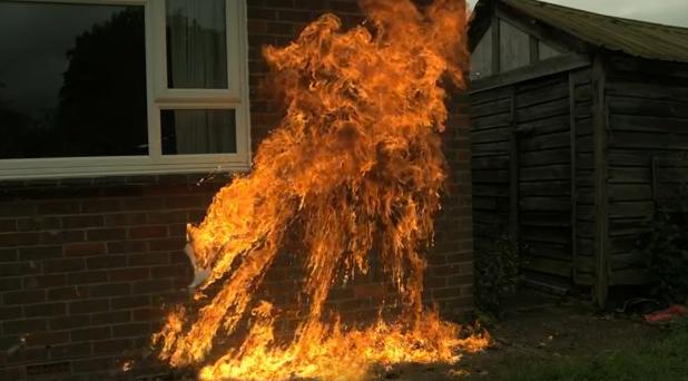 Explosión de un cóctel molotov en cámara lenta