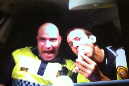 Expediente a dos policías locales de Barcelona por bailar y hacer temeridades en el coche patrulla