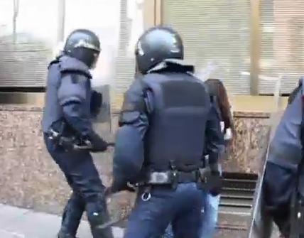 #14N: Agresión de los antidisturbios a un menor. Les avisan que es un crío y ni caso