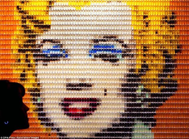 Asombrosos retratos de Marilyn Monroe y la Mona Lisa hechos con ositos de gominola