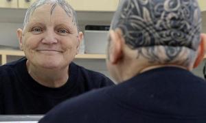 Una señora se tatúa toda la cabeza después de quedarse calva