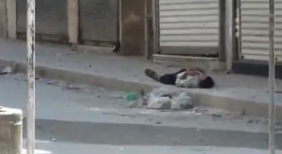Se hace el muerto mientras los francotiradores le disparan