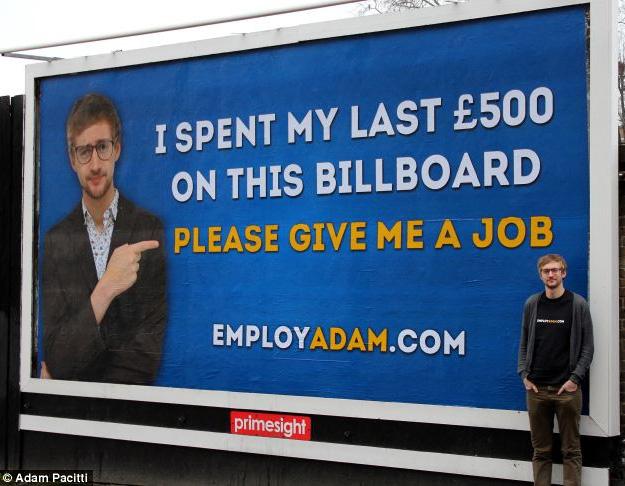 hombre-pide-trabajo-en-cartel