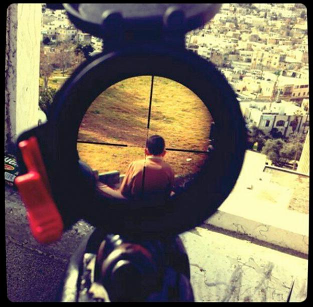 Un soldado israelí publica una foto en Instagram de un niño en la mira de su rifle de asalto
