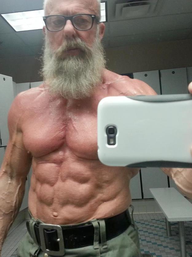 El hombre de 60 años que tiene más pectorales y abdominales que Hulk