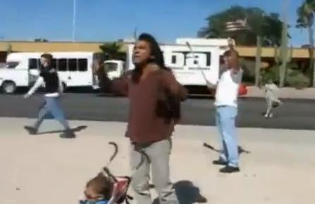 Un nativo americano se enfrenta a una manifestación en contra de la inmigración ilegal