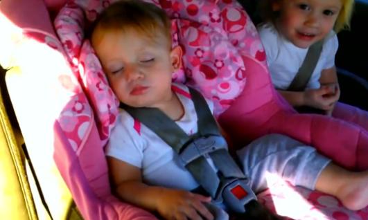 Así es como reacciona esta niña que iba dormida cuando su padre le pone el Gangnam Style