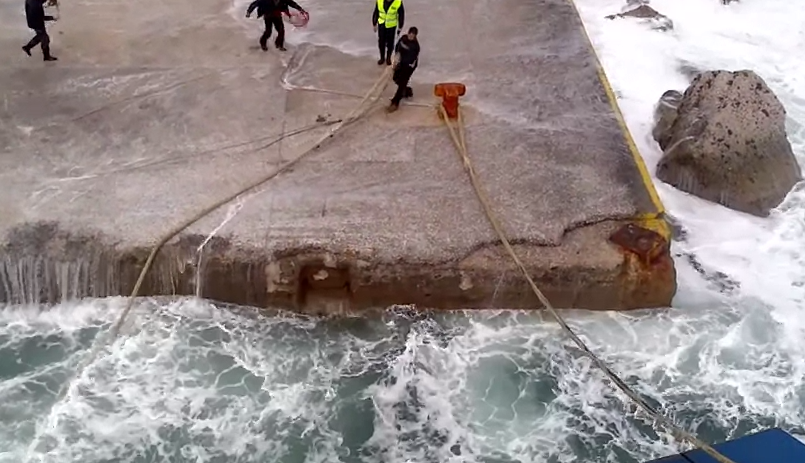 Atraque y desembarque de un ferry en un pequeño puerto con mal tiempo