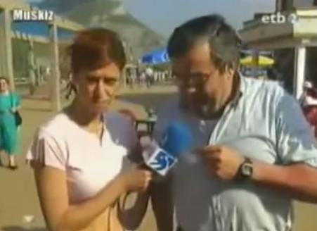 La reportera le pregunta si puede cantar una canción del verano