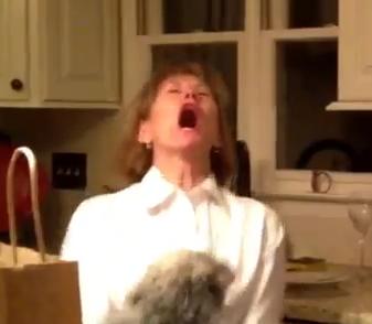 Reacción de una señora cuando se entera que va a ser abuela