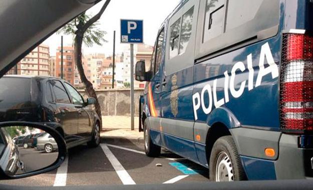 Policías nacionales ocupan una plaza de minusválidos para ir a desayunar