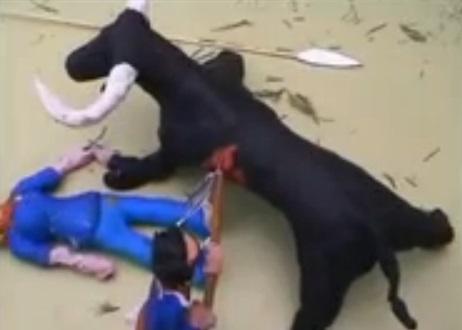 Vergonzoso patrocinio del Toro de la Vega utilizando dibujos animados y niños