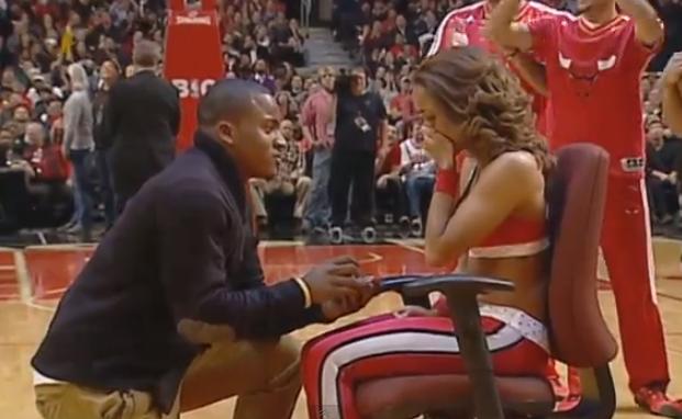 El novio de una cheerleader de los Bulls le pide matrimonio en mitad de la pista