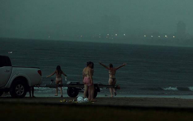 Fotografían el momento en el que una mujer muere al ser alcanzada por un rayo en una playa de Brasil