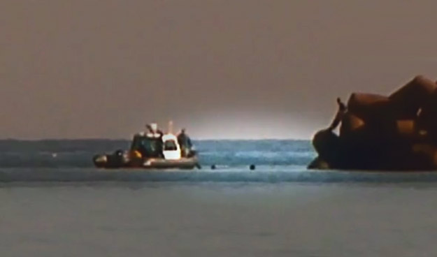 La Guardia Civil arrastra en Melilla a dos inmigrantes agarrados a su lancha hasta soltarlos en aguas marroquíes
