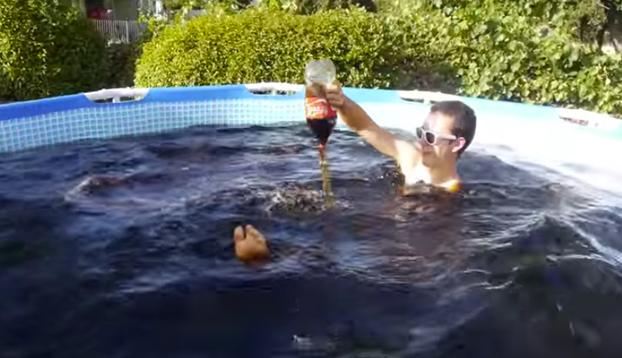 Se ba a en una piscina llena de coca cola y mentos for Piscina de coca