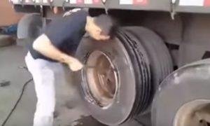 cambiando-neumatico-camion-mano