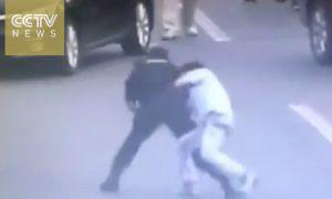 mujer-policia-llave-neutraliza-hombre-armado