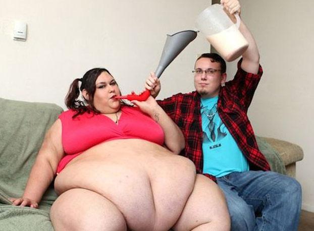 Follando el ombligo en una mujer obesa
