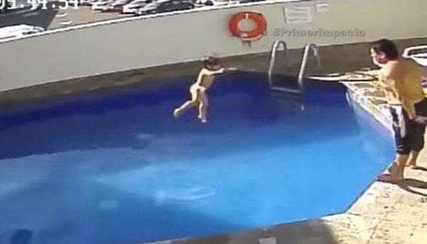 Captan en v deo el momento en que un hombre ahoga a una for Putas en la piscina