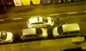 hombre-borracho-golpea-coches-policia-senal