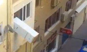hombre-lanza-frigorifico-ventana